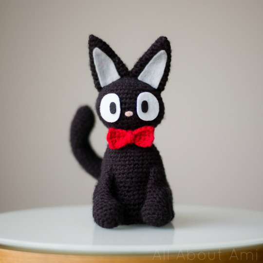 DIY amirugumi black cat with a red bow tie (via www.allaboutami.com)