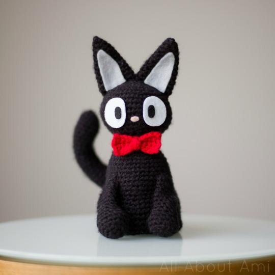 DIY amirugumi black cat with a red bow tie (via www.allaboutami.com)
