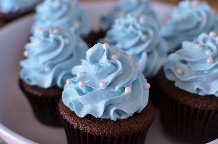 DIY chocolate cupcakes with blue frosting (via www.butteryum.org)