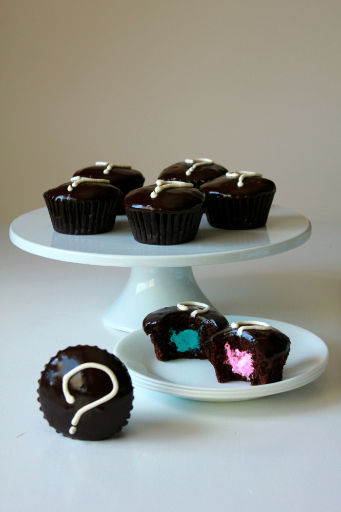 DIY chocolate baby gender reveal cupcakes (via ohsweetday.com)