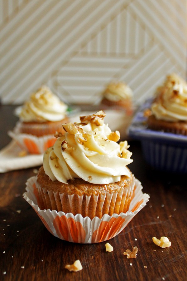 DIY carrot cupcakes with cream cheese frosting (via wildwildwhisk.com)