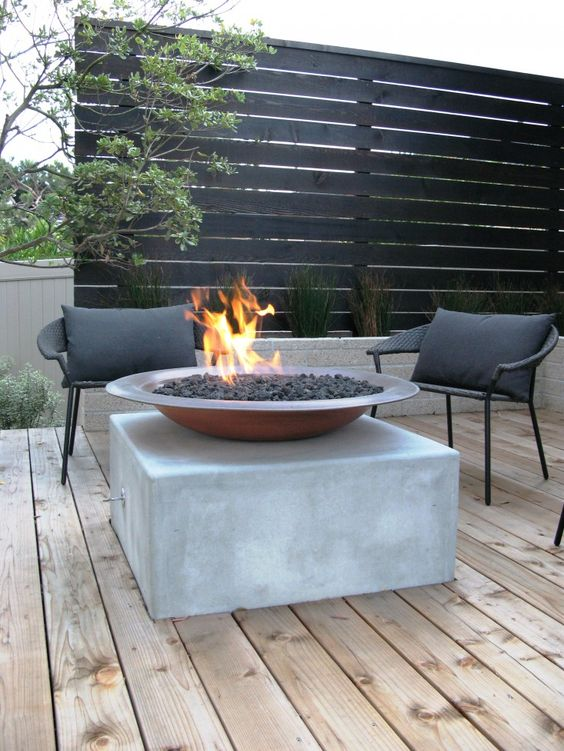 a black wood screen and a contrasting wooden deck for a chic modern look