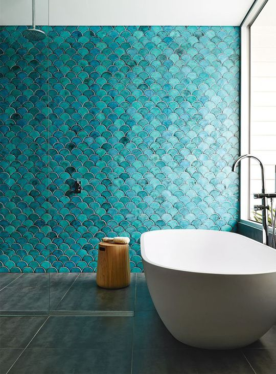 teal and turquoise fish scale tiles in the shower zone create a show-stopping impression