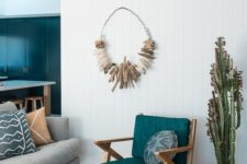 17 driftwood on wire as a wall decoration makes you feel at the beach