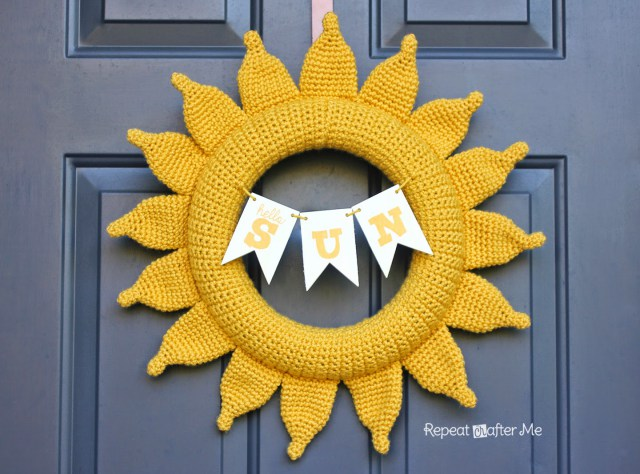 DIY crochet sunny yellow summer wreath (via www.repeatcrafterme.com)