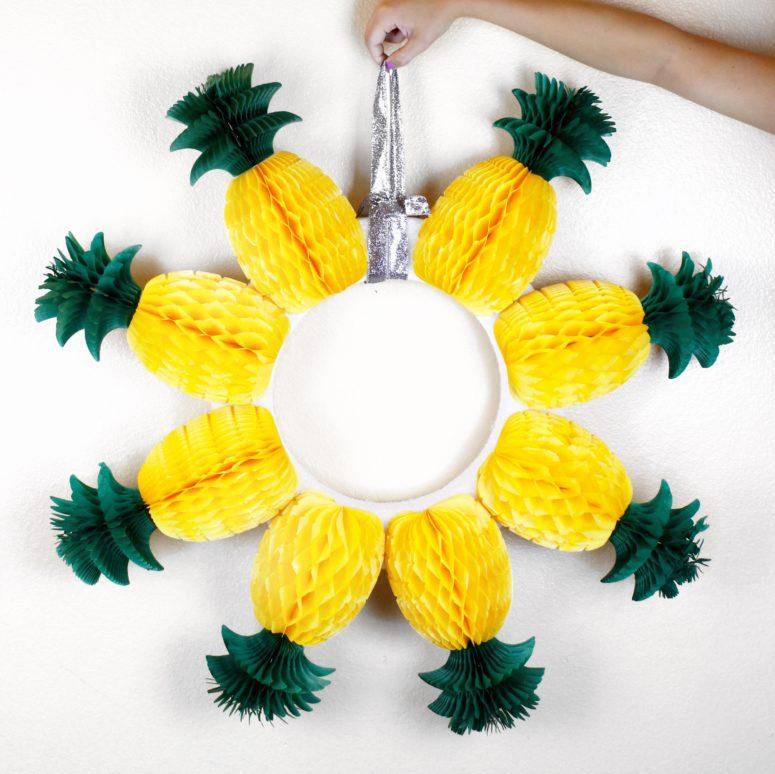 DIY honeycomb pineapple wreath (via twinspiration.co)