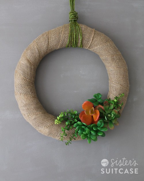 DIY summer burlap wreath with faux succulents (via www.shelterness.com)