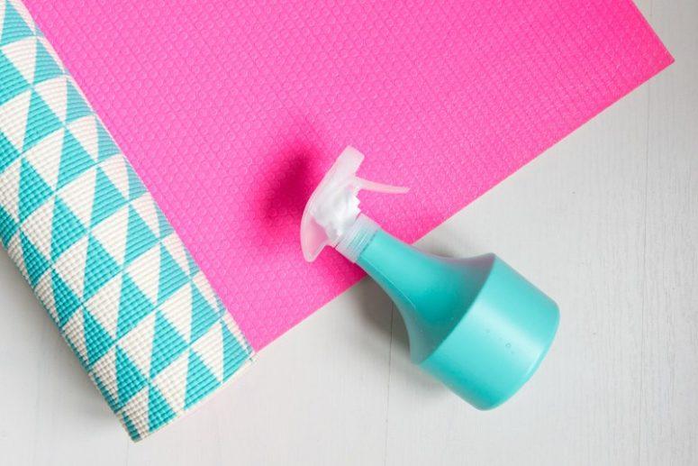 DIY yoga mat spray with peppermint oil (via kittenhood.ro)