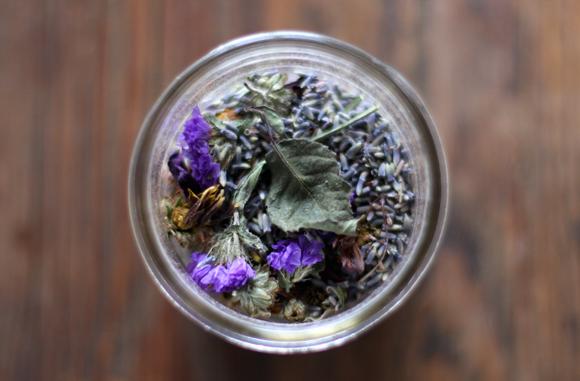 DIY dried flower potpourri (via blog.freepeople.com)