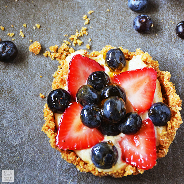 DIY red, white and blue fruit tart (via ourlifetastesgood.blogspot.ru)
