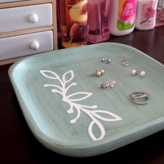 DIY distressed catch all tray (via www.stayathomeartist.com)