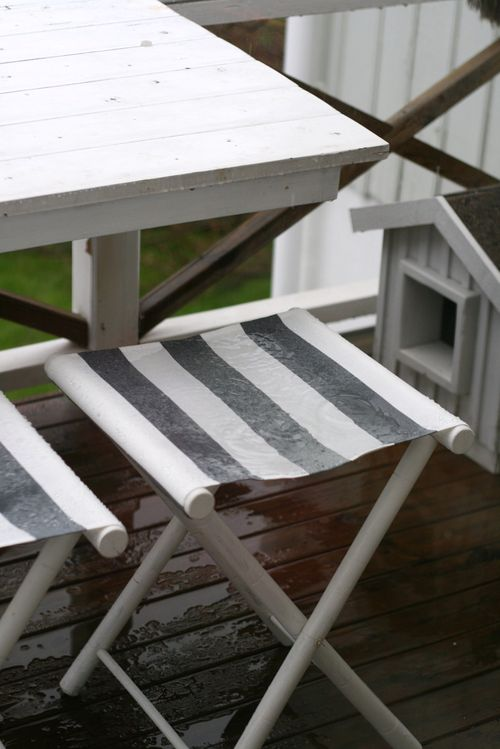 DIY old folding chair renovation with new fabric (via www.shelterness.com)