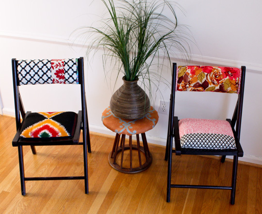 DIY colorfully upholstered chairs (via www.homedit.com)