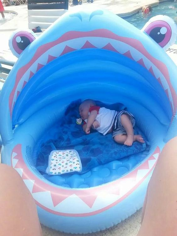 infant pool used as a baby bed for outdoors is a simple and cute idea