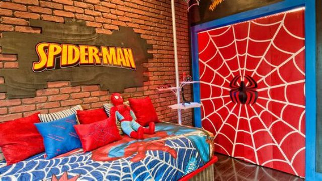 Spiderman wall decor and matching bedding for a little fan