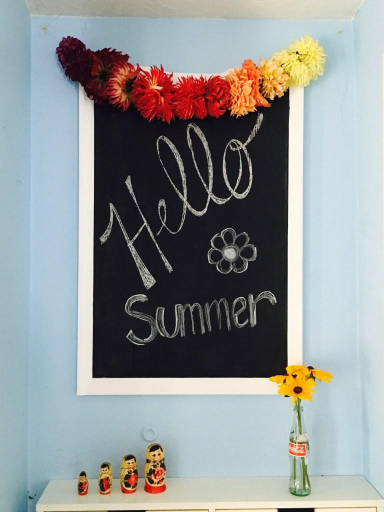 DIY summer dahlia garland (via www.craftylittlegnome.com)