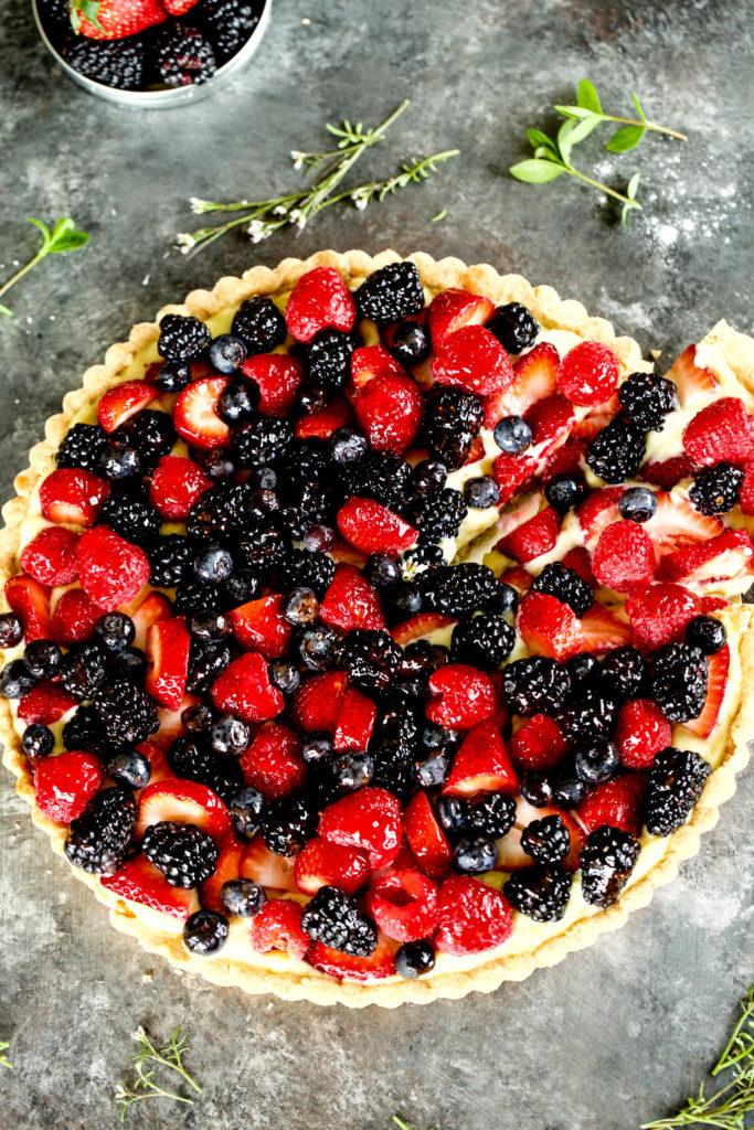 DIY fresh berry tart with vanilla custard and shortbread crust (via www.withsaltandpepper.com)