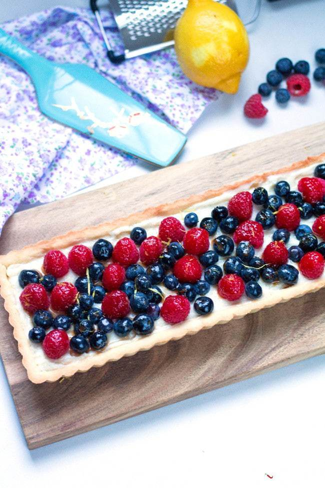 DIY berry tart with vanilla bean pastry cream (via www.sugarlovespices.com)