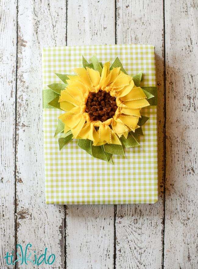 DIY ribbon sunflower gift topper (via tikkido.com)