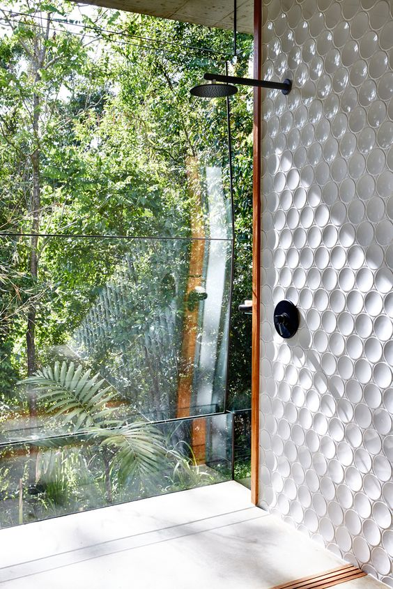 a shower with a glass wall for a house standing right in the rainforest - and having a shower feels like having it in the rainforest