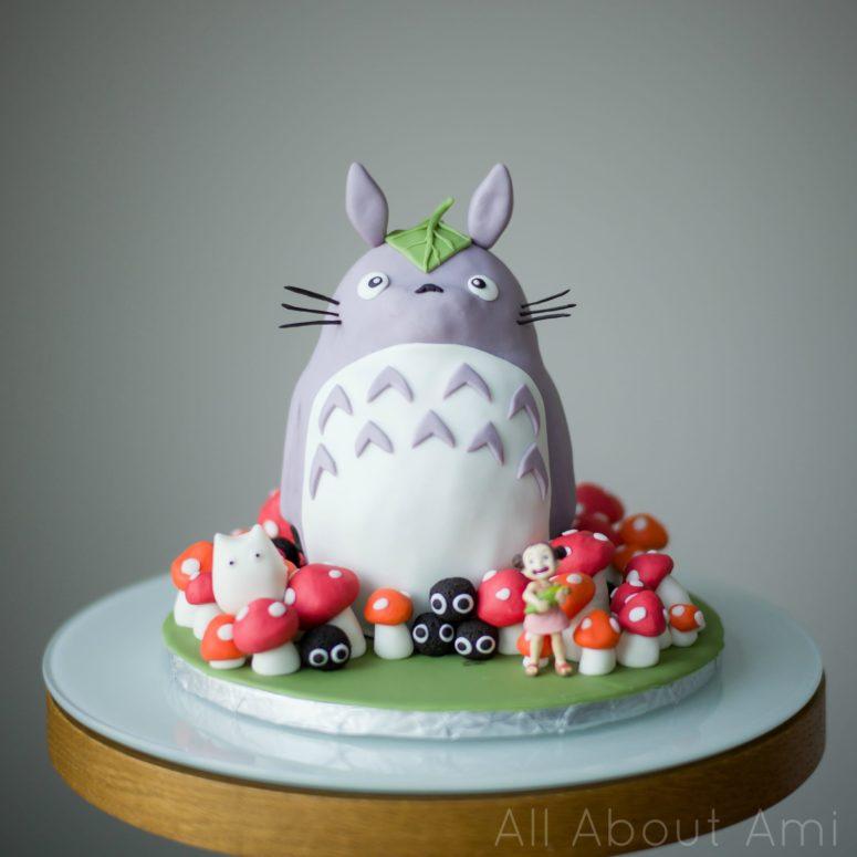 DIY Totoro birthday cake (via www.allaboutami.com)