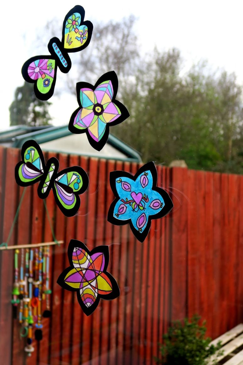DIY stain glass effect suncatchers (via mamaisdreaming.blogspot.ru)