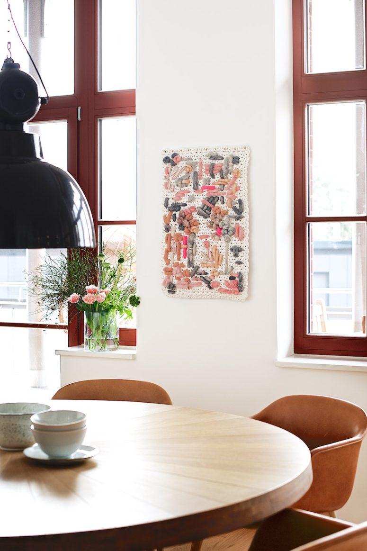 DIY abstract colorful yarn wall hanging (via www.lebenslustiger.com)