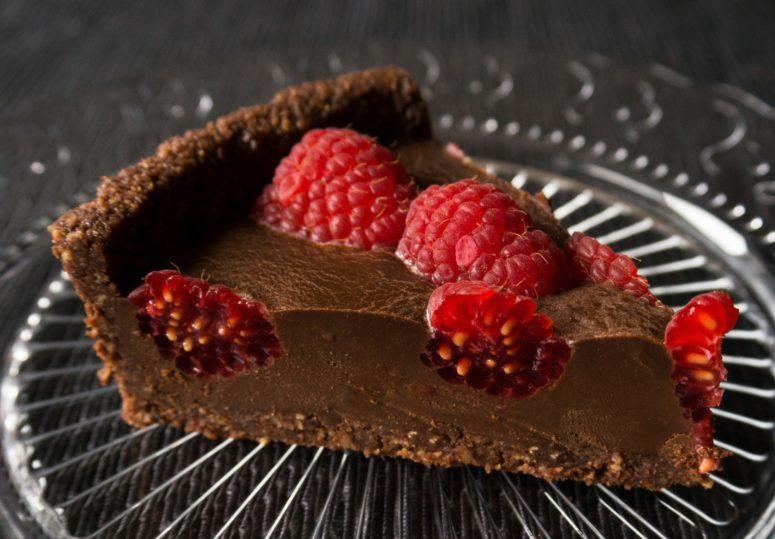 DIY chocolate, hazelnut and raspberry cake (via https:)