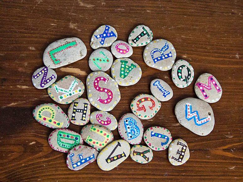 DIY colorful alphabet rocks (via katrinshine.blogspot.ru)
