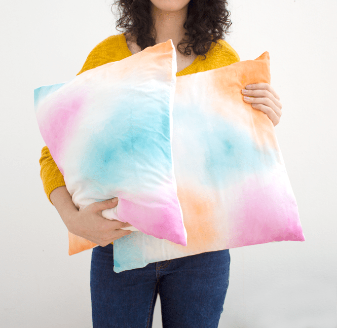 DIY watercolor pillowcase in pink, blue and yellow (via curlymade.blogspot.ru)