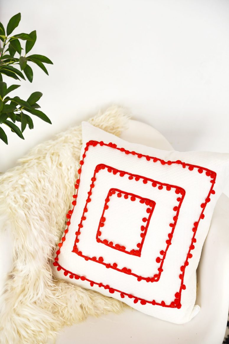 DIY pompom trim pillow (via enthrallinggumption.com)