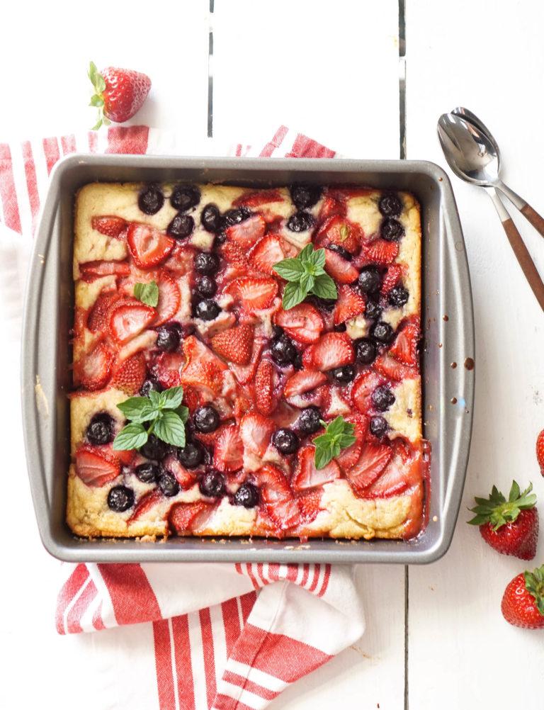 DIY summer berry cobbler cake (via www.vodkaandbiscuits.com)