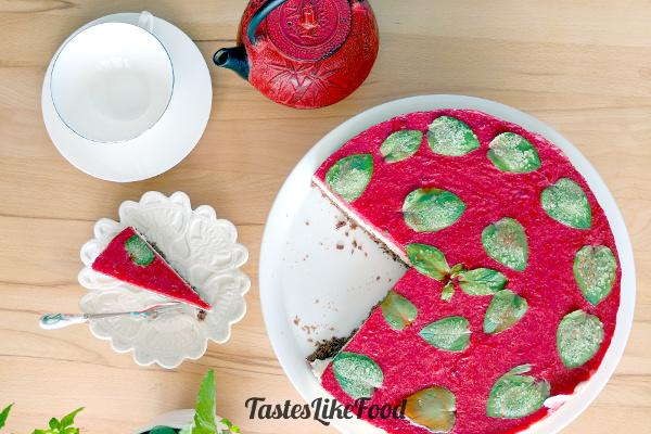 DIY strawberry and vanilla mousse cake (via tasteslikefood.com)
