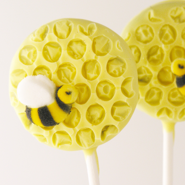 DIY honeycomb oreo pops with bees (via https:)