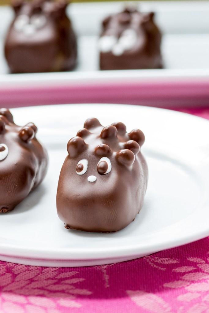 DIY healthy hedgehog candies (via www.queenofmykitchen.com)
