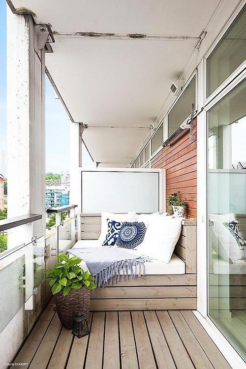 a pallet daybed can be built by you yourself on the balcony