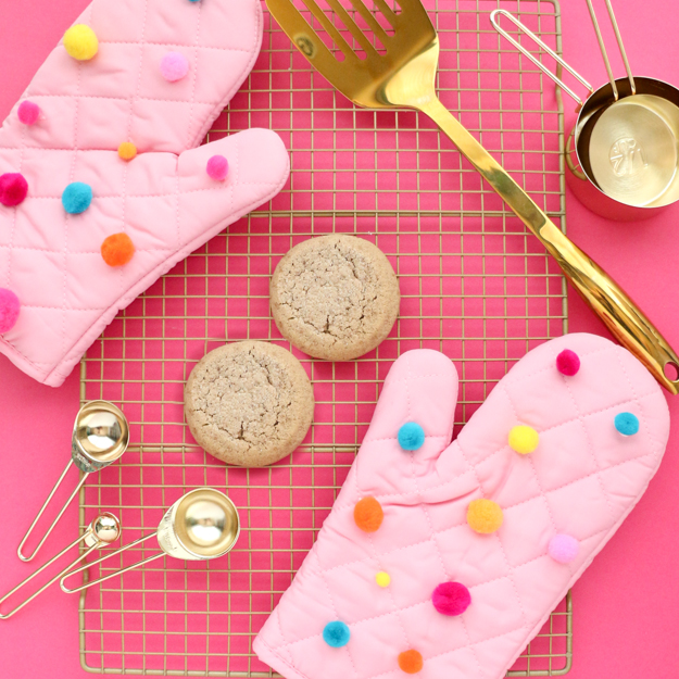 DIY cookie-inspired pompom oven mitts (via www.akailochiclife.com)