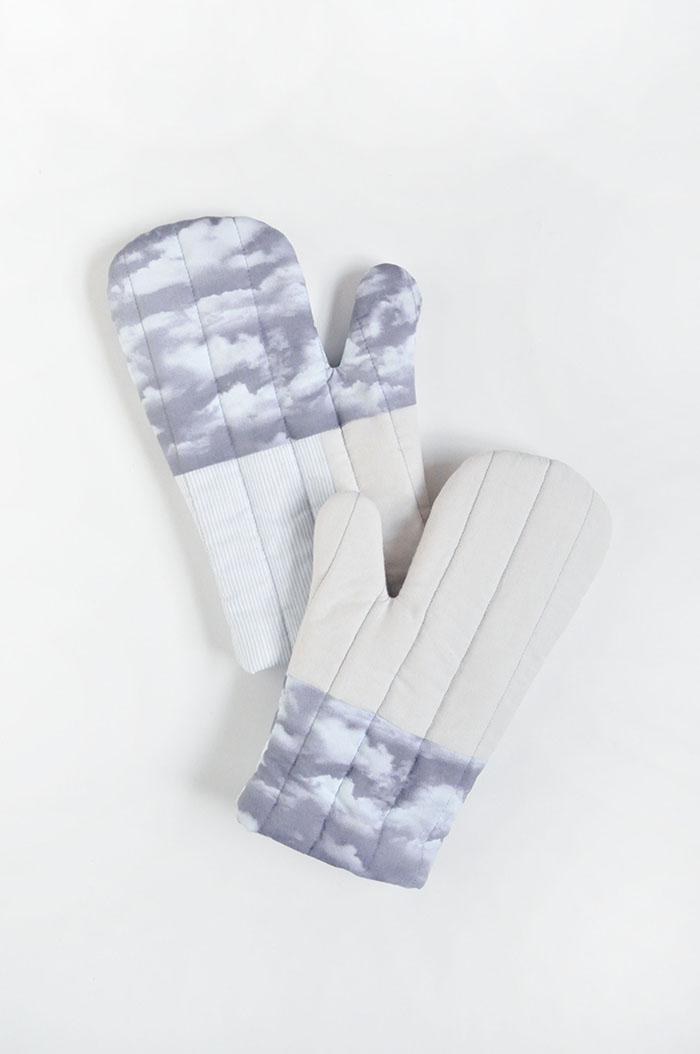 DIY quilted cloud print mitts (via www.designsponge.com)