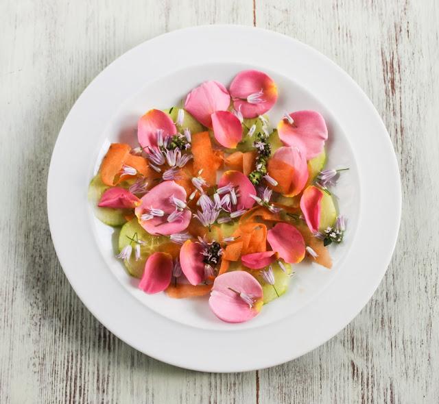 DIY edible flower salad (via eatlikeyouloveyourself.blogspot.ru)