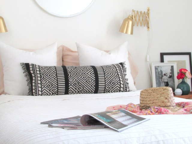 DIY black and white fringe pillow (via francoisetmoi.com)