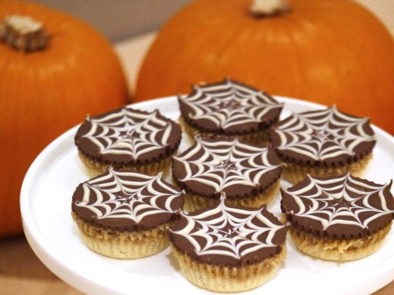 DIY spiderweb shortcakes (via www.pannacottalondon.me)