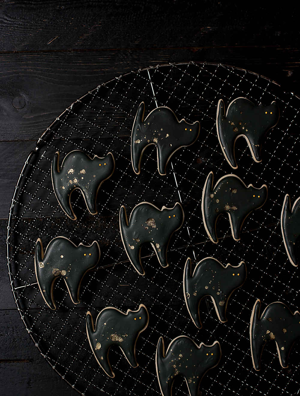 DIY gilded black cat cookies