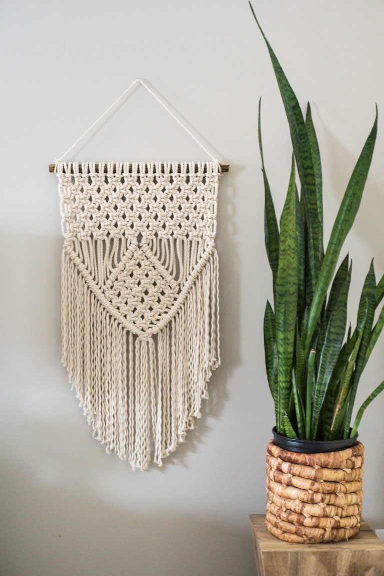 DIY macrame wall hanging (via placeofmytaste.com)