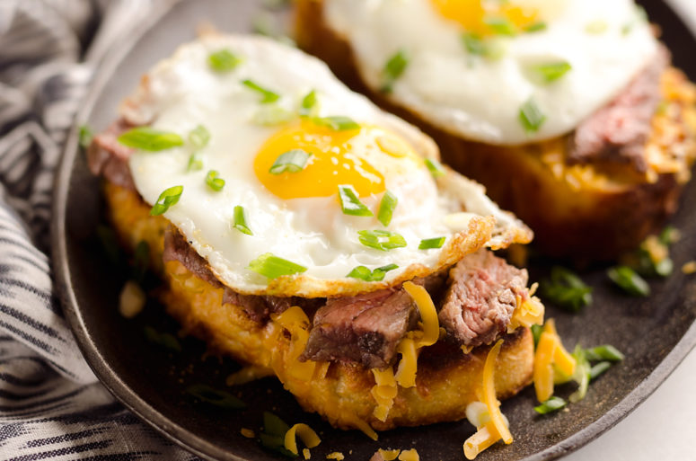 DIY breakfast steak and cheddar toast (via www.thecreativebite.com)