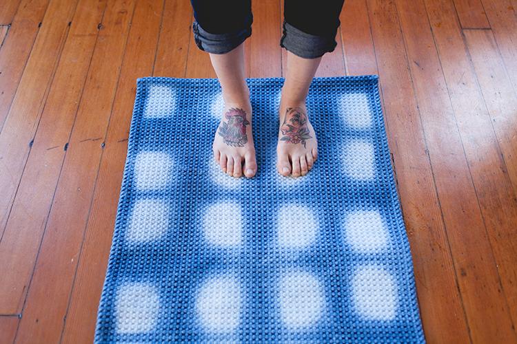 DIY shibori style bath mat (via jojotastic.com)