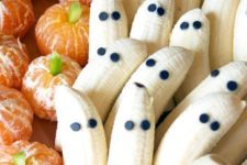 35 tangerine pumpkins and banana ghosts will be a cute and healthy sweet idea for Halloween