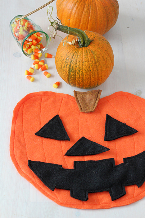 DIY felt pumpkin jack-o-lantern (via splashofsomething.com)