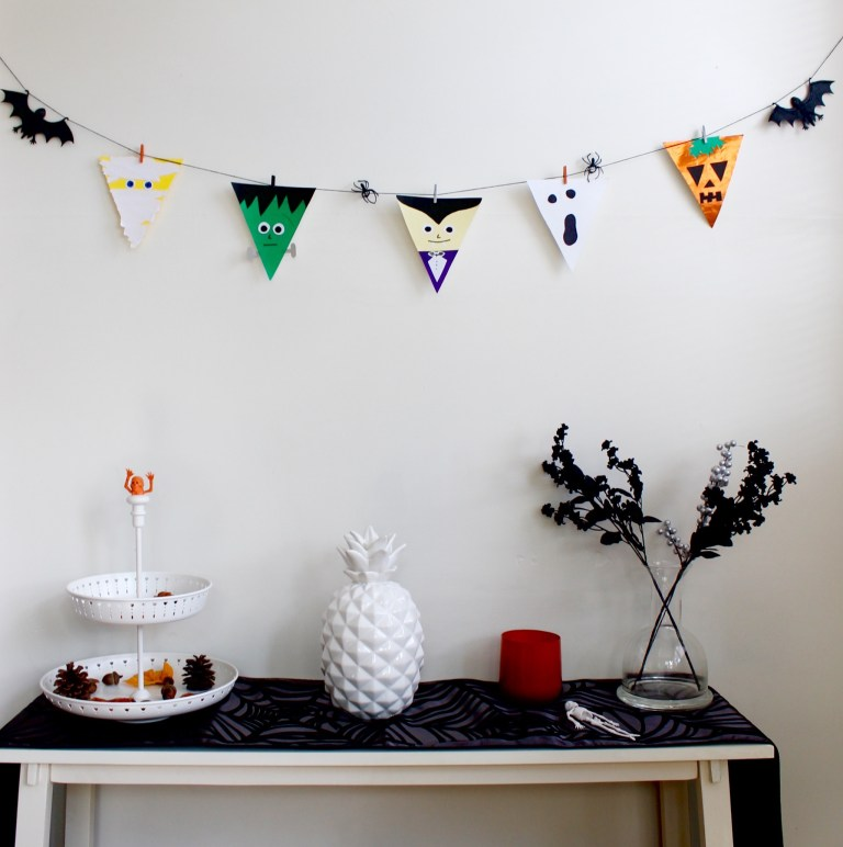DIY Halloween bunting (via weregoingtomakeit.com)
