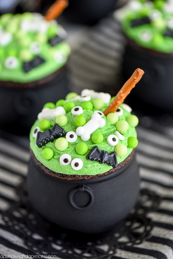 DIY cauldron cupcakes (via apumpkinandaprincess.com)