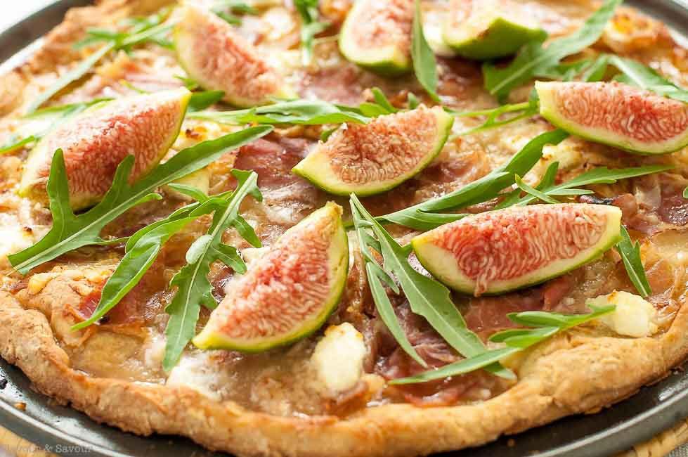 DIY fresh fig, arugula and prosciutto pizza